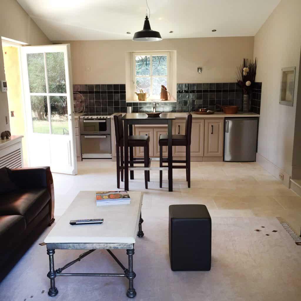 Le salon du mazet avec sa cuisine intégrée.
