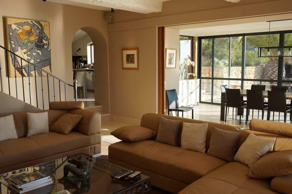 Le salon du mas avec sa vue sur la veranda et la cuisine