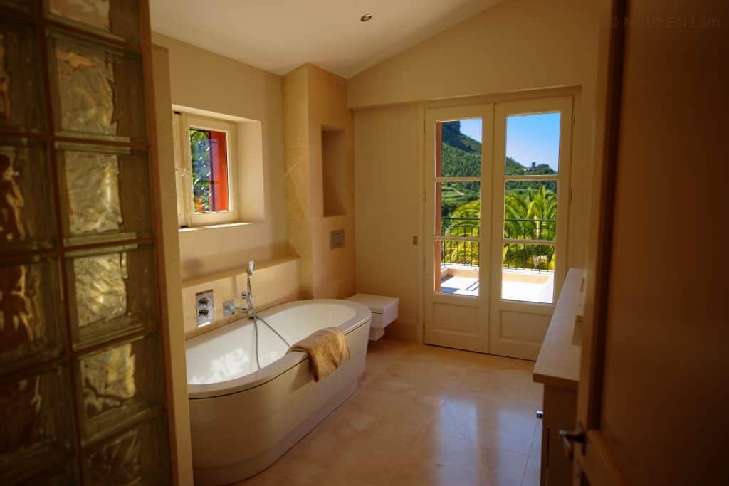 La salle de bains de la suite VIP, au premier étage du mas.