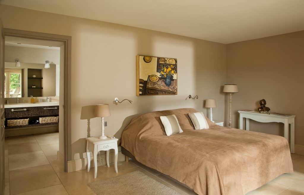 La chambre double de plain pied de la location de vacances à cassis donnant sur le jardin et la vue mer