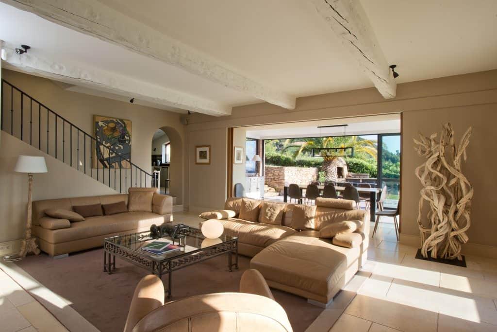 Le grand salon de la maison de vacances avec sa véranda ouvrant sur la vue mer