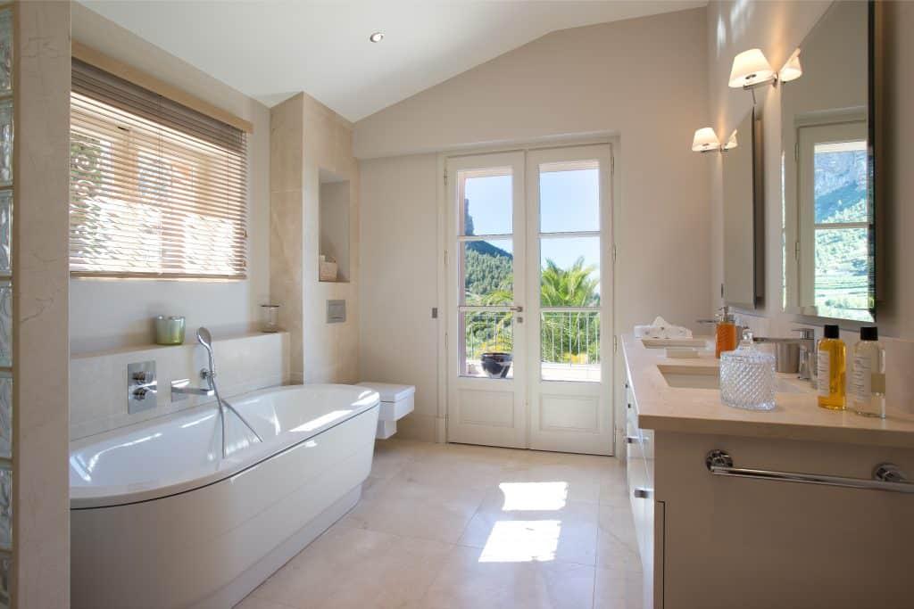 la salle bains en marbre de la suite parentale de la maison de location à cassis vue sur la mer de la terrasse et vue sur la cap canaille